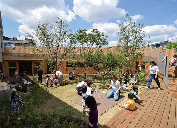 変形敷地を生かし空の広がりを確保する園庭は、屋上にも連続している