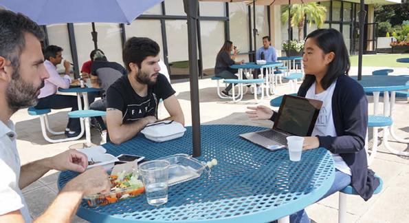 シリコンバレー派遣研修で、ランチタイムの起業家にピッチをするRyukyufrogs参加学生
