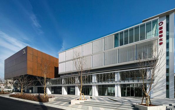 桜美林大学は学習運営システム Moodle を使って大学を仮想化した「Virtual Campus」を開設。各キャンパスに教室、教員オフィス、事務室を置き、情報提供やオンライン相談を受けつけている(写真は同大学新宿キャンパス、プレスリリースより)