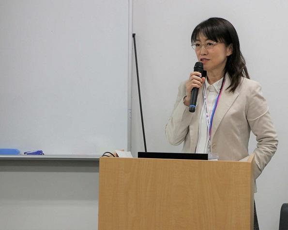 教壇に立つ宮田陽子さん