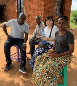 立命館大学大学院の小川さやか教授と、都市から故郷に帰り養鶏を始めたタンザニア人商人たち(写真は小川氏提供)