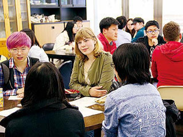 国内学生と留学生は、楽しみながら互いの文化や言語を学びあっている