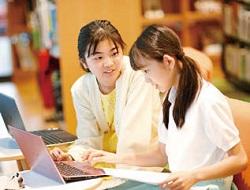 全館オンライン環境で、生徒は必要に応じて PC を活用する(ドルトン東京学園)