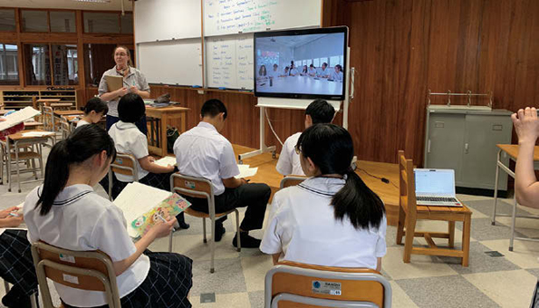 飯野高校は英語の授業で「Webex Board」を使って台湾の高校と新型コロナウイルスをテーマにディスカッションを実施。オンラインが、国を超えた交流を生み、生徒は様々な学びを得る。